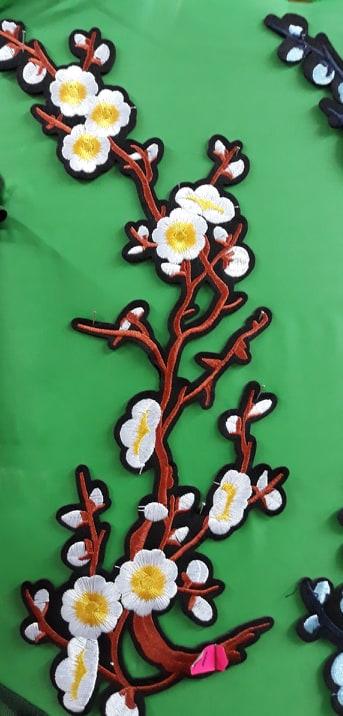 Aplicatie cu flori haine