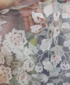Tiull brodat cu flori